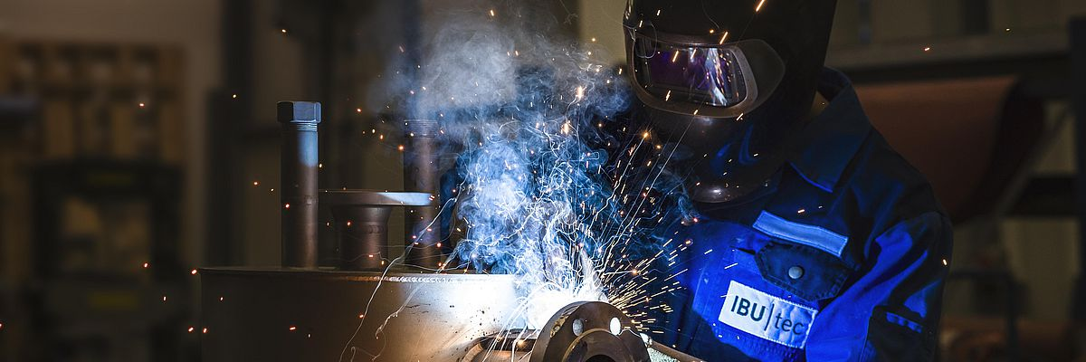Worker of IBU-tec is welding, picture for professional training at IBU-tec
