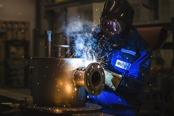 Welder at IBU-tec is welding, picture for professional training at IBU-tec